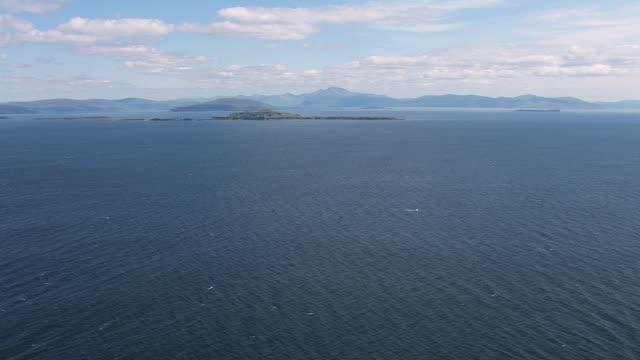 vídeos y material grabado en eventos de stock de ws aerial tu view high over sea in hebrides on west coast towards isles / isle or island of mull and treshnish, isles argyll and bute, scotland - isla de mull
