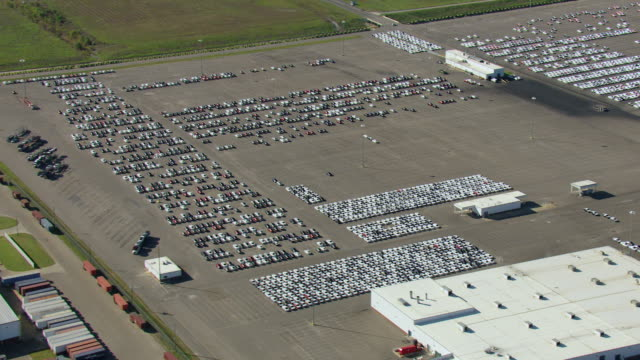 ws aerial view zi of hyundai plant in montgomery county and new cars parked on parking lot / alabama, united states - made in the usa kort fras bildbanksvideor och videomaterial från bakom kulisserna