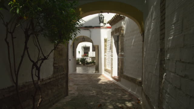LS view into one of the many narrow alleys in the old Jewish quarter in the historic center of Cordoba