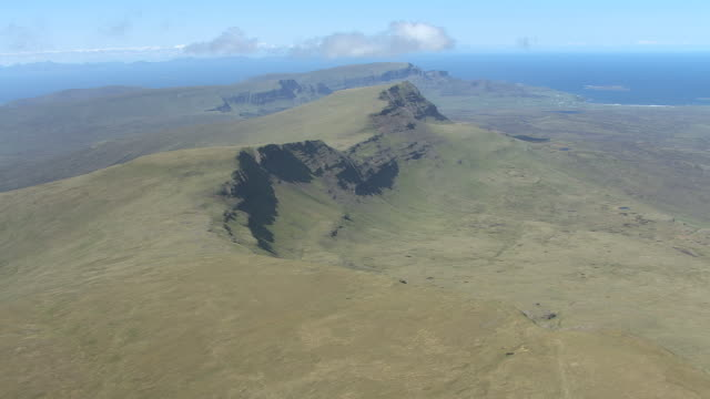 ws aerial ts view isle of skye in hebrides showing bein edra and crag a' lain / isle of skye, hebrides, scotland - insel skye stock-videos und b-roll-filmmaterial