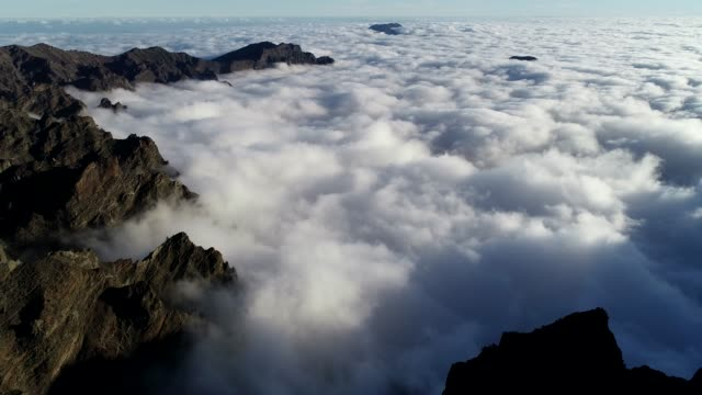 view looking into the cloud filled volcanic caldera of national park caldera de taburiente, unesco biosphere site, la palma, canary islands, spain, atlantic, europe - caldera stock videos and b-roll footage