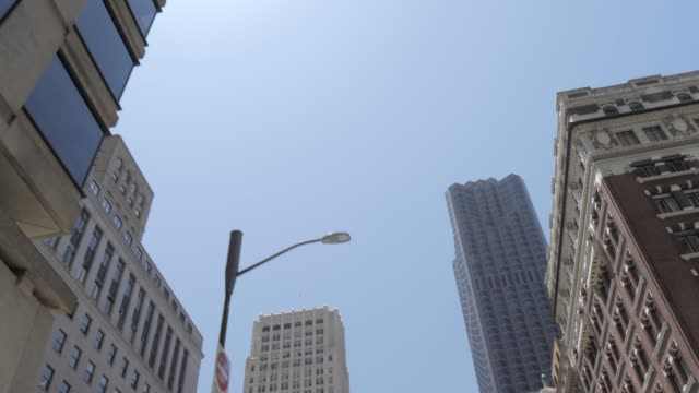 view looking up at skyscrapers while travelling down powell street to union square, san francisco, california, united states of america, north america - gebäudefront stock-videos und b-roll-filmmaterial