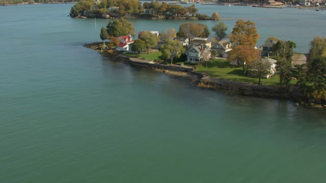 ws tu aerial view low approaching over water reveal perrys monument and surrounding area / ohio, united states - lago erie video stock e b–roll
