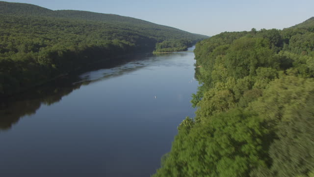 vídeos y material grabado en eventos de stock de ws aerial view low flying over field to delaware river at delaware water gap / new jersey, united states - delaware water gap