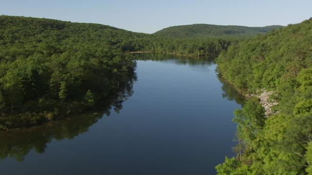 vídeos y material grabado en eventos de stock de ws aerial view low flying over small lake to fog over delaware water gap / new jersey, united states - delaware water gap