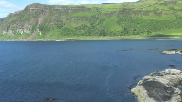 vídeos y material grabado en eventos de stock de ms aerial tu view low over cliffs on south coast near carsaig in hebrides on west coast from rocky shore / isle or island of mull, argyll and bute, scotland - isla de mull