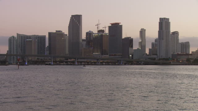 stockvideo's en b-roll-footage met view miami bridge and beach usa - macarthur causeway bridge