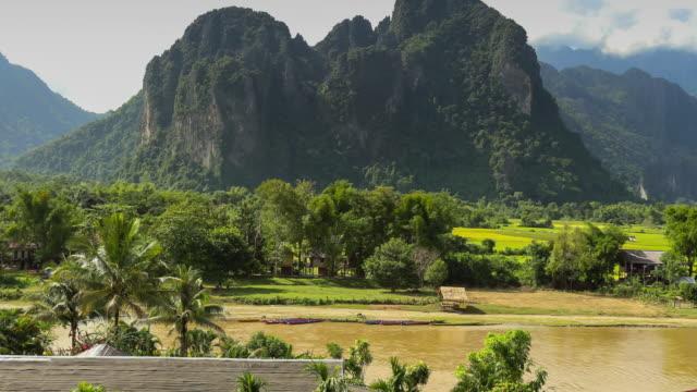 Natuur op Vang Vieng bekijken in Laos Time lapse.