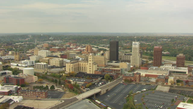 stockvideo's en b-roll-footage met ws aerial view o downtown buildings / akron, ohio, united states - ohio