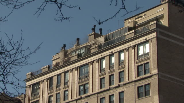 ws zi view of 133 e 64th street, the former home of bernard madoff / new york city, new york, usa  - high section stock videos & royalty-free footage