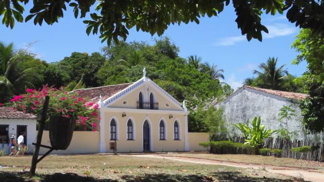 vídeos de stock, filmes e b-roll de ws view of 18th century renovated portuguese village / porto seguro, bahia, brazil - aldeia
