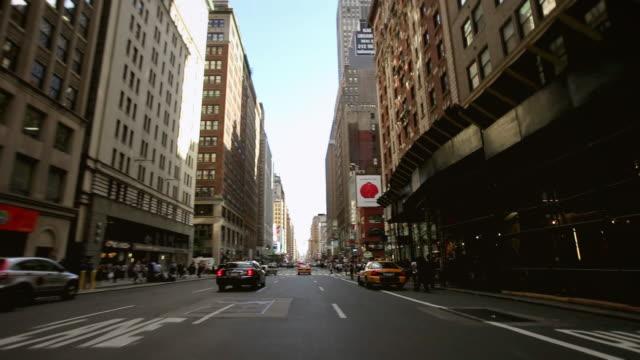 vídeos y material grabado en eventos de stock de ws pov view of 7th avenue traffic, cars, taxis and pedestrians occupy the busy rush-hour streets / new york city, new york, usa - 7th avenue