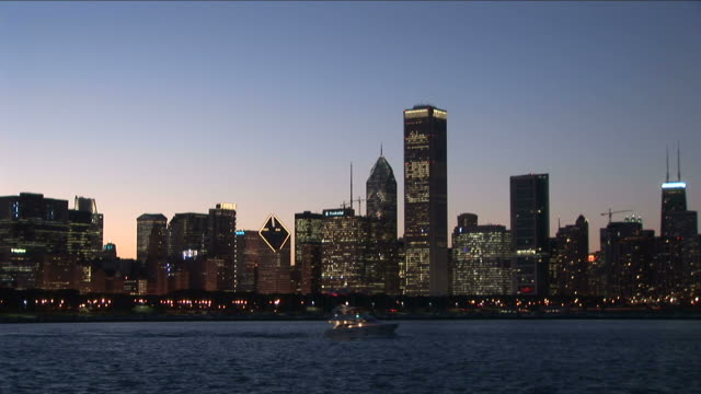 vidéos et rushes de view of a boat cruising in lake michigan of chicago united states - aller tranquillement