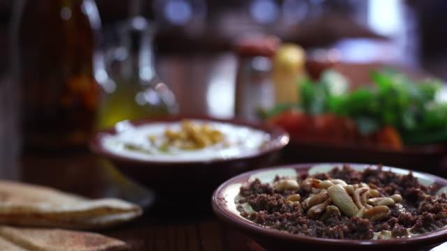 stockvideo's en b-roll-footage met view of a bowl of hummus bil lahme . - voorgerecht