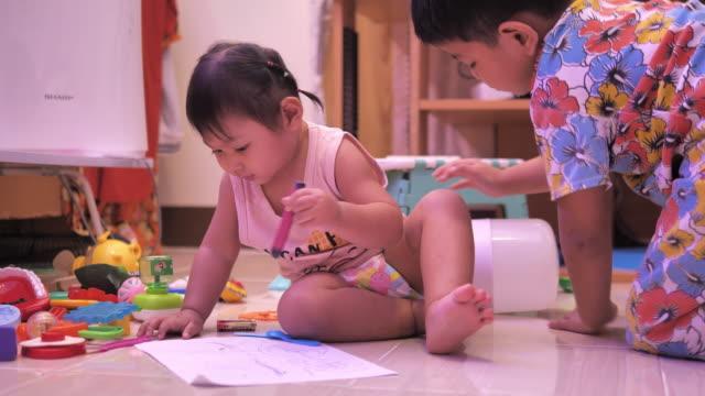 vidéos et rushes de vue d'un enfant dessinant avec des crayons sur le papier ou faisant des devoirs de la maison - seulement des petites filles
