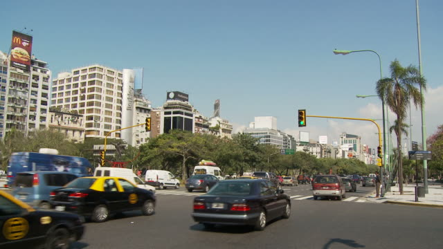view of a city in buenos aires, argentina - avenida 9 de julio video stock e b–roll