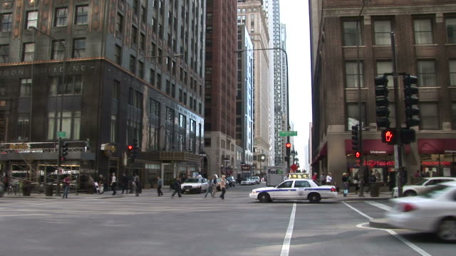 view of a city street in chicago united states - 通過する点の映像素材/bロール