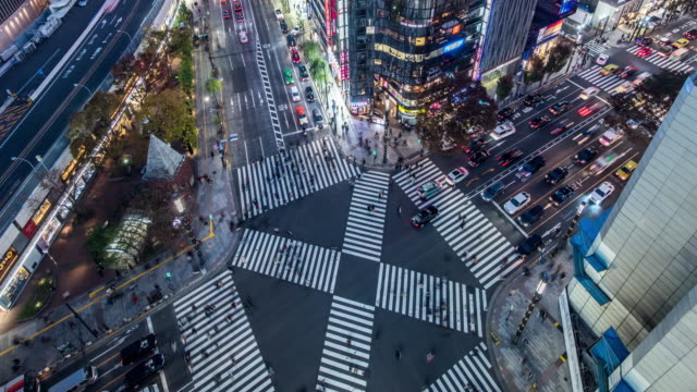 vídeos y material grabado en eventos de stock de t/l ws ha zi view of a crossroad in ginza at night / tokyo, japan - paso peatonal vías públicas