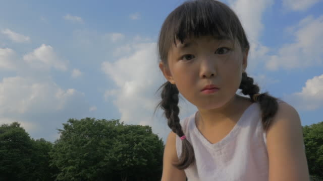 stockvideo's en b-roll-footage met view of a curious girl looking at a camera in summer at seoulforest (the third largest park in seoul city) - koreaanse etniciteit