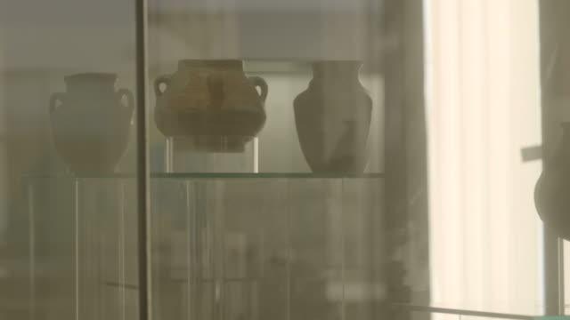 vidéos et rushes de view of a display of ancient pottery, at the bahrain national museum. - céramique