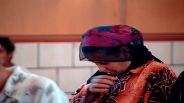 stockvideo's en b-roll-footage met mcu view of a female coptic worshipper wearing a headscarf praying and crossing herself in church - gelovige