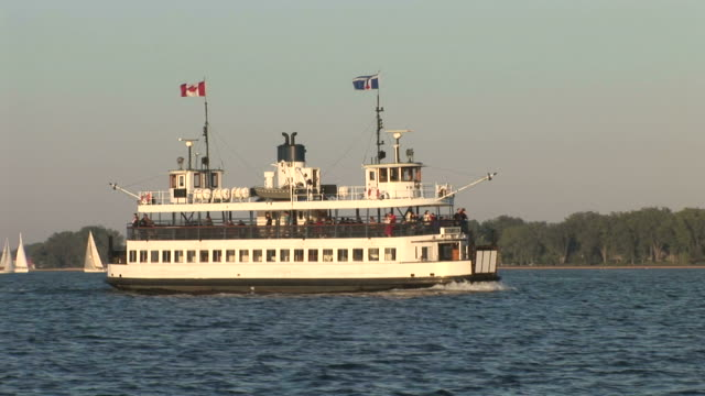 vidéos et rushes de view of a ferry cruising in ontario lake toronto canada - aller tranquillement