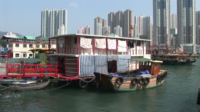vídeos de stock e filmes b-roll de view of a floating house in hong kong china - sampana