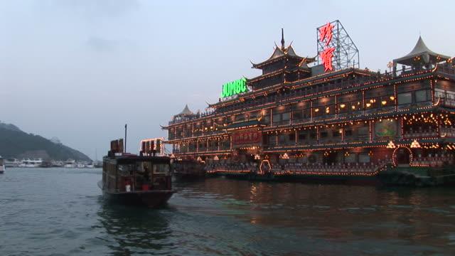 vídeos y material grabado en eventos de stock de view of a floating restaurant from a moving boat at magic hour in hong kong china - restaurante flotante
