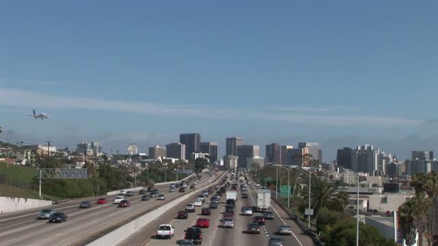 view of a freeway in san diego united states - solfjäderspalm bildbanksvideor och videomaterial från bakom kulisserna