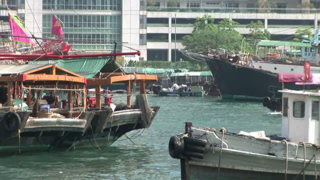 vídeos de stock e filmes b-roll de view of a harbor in hong kong china - sampana