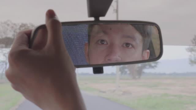 stockvideo's en b-roll-footage met weergave van een man in de spiegel van de auto - driverslag