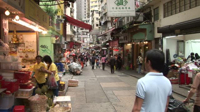 vídeos de stock e filmes b-roll de view of a market in hong kong china - veículo terrestre comercial