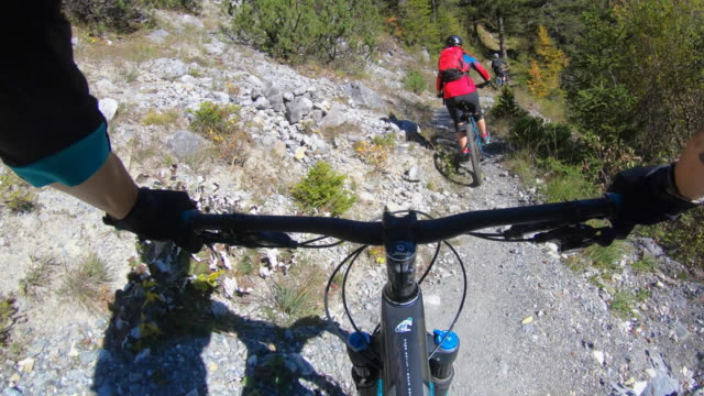 pov view of a mountain biker hands handlebars biking on a singletrack trail. - erholung stock-videos und b-roll-filmmaterial