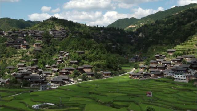 vídeos de stock, filmes e b-roll de view of a mountain village in yunnan province, china in autumn - yunnan province