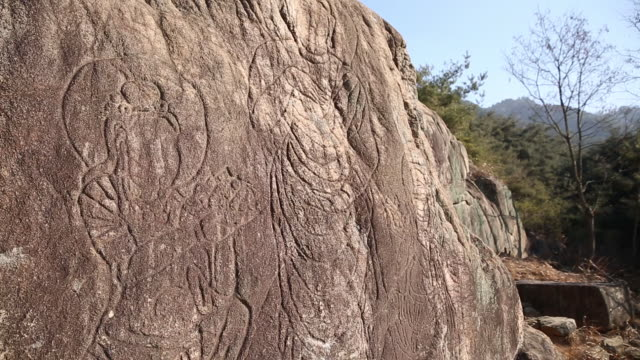 view of a sacred buddha image in samneung valley - figura maschile video stock e b–roll