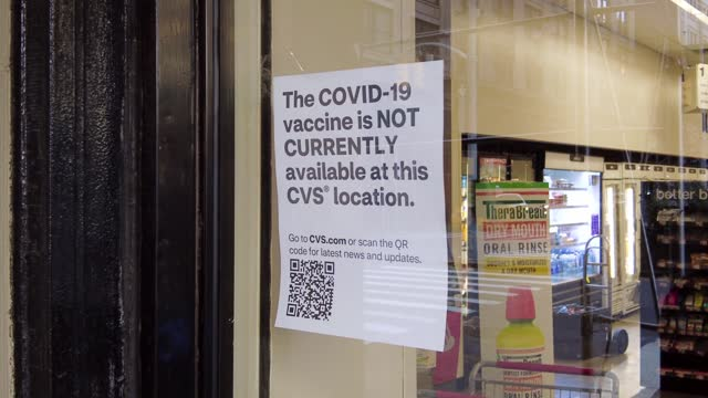 """view of a sign that reads """"the covid-19 vaccine is not currently available at this cvs location"""" at cvs pharmacy in the gramercy neighborhood of... - cvsケアマーク点の映像素材/bロール"""
