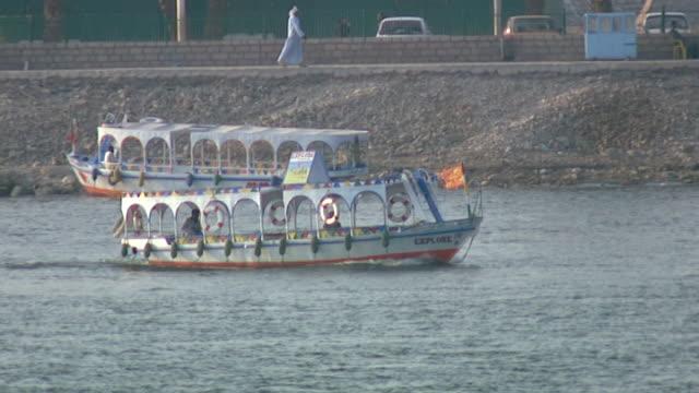 vídeos de stock e filmes b-roll de view of a small tourist boat on the nile in luxor. - embarcação comercial