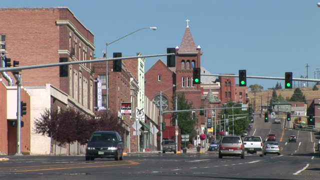 vídeos de stock e filmes b-roll de view of a small town in butte united states - montana