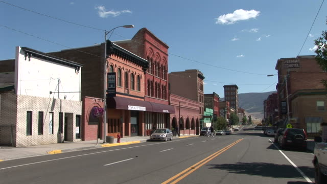 vidéos et rushes de view of a small town in butte united states - montana