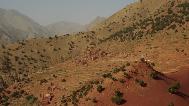vídeos de stock e filmes b-roll de view of a small village and fields in the mountainous region of north morocco, africa - marrocos