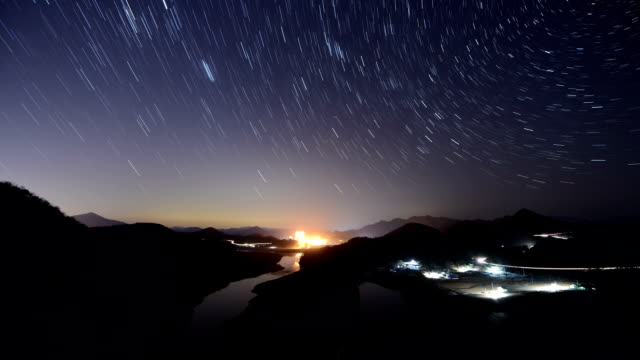 vídeos de stock, filmes e b-roll de view of a star field over korean peninsula shaped geography in seonammaeul village (famous tourist attractions) at night - chuva de meteoros