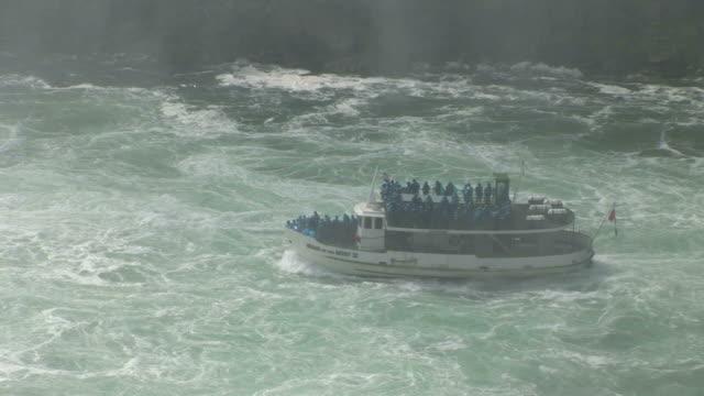 vídeos de stock e filmes b-roll de view of a tourist boat near niagara falls in new york united states - rio niágara
