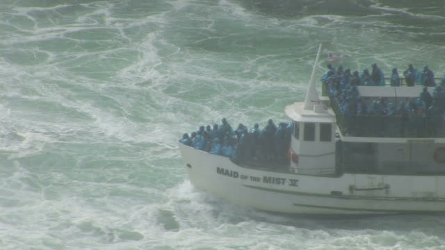 vidéos et rushes de view of a tourist boat near niagara falls in new york united states - rivière niagara