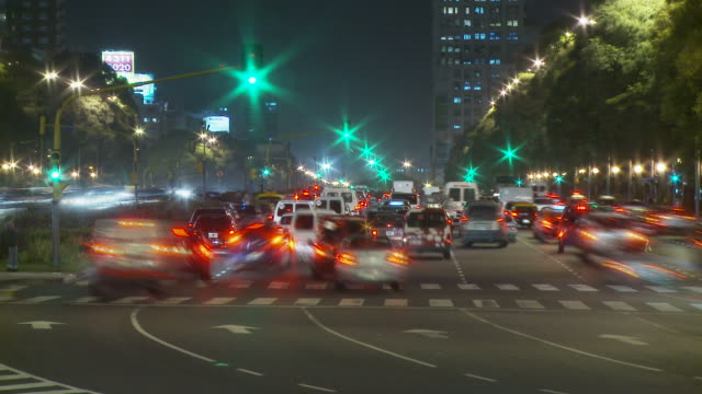 view of a traffic in buenos aires, argentina - avenida 9 de julio video stock e b–roll