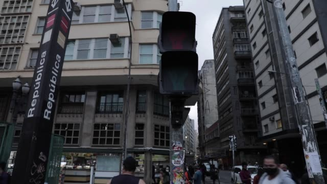 stockvideo's en b-roll-footage met view of a traffic light with clenched fists in celebration of black consciousness day on november 5, 2020 in sao paulo, brazil. the commemorative... - liberdade