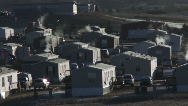vidéos et rushes de view of a trailer park for oil workers outside of williston, north dakota. - dakota du nord