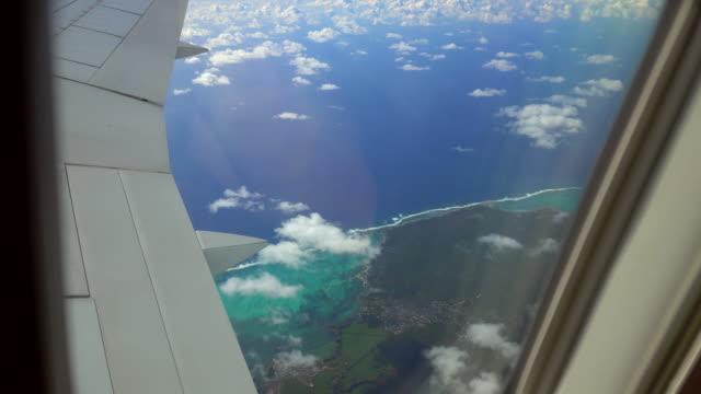 vidéos et rushes de vue d'une île tropicale de fenêtre d'avions - première classe