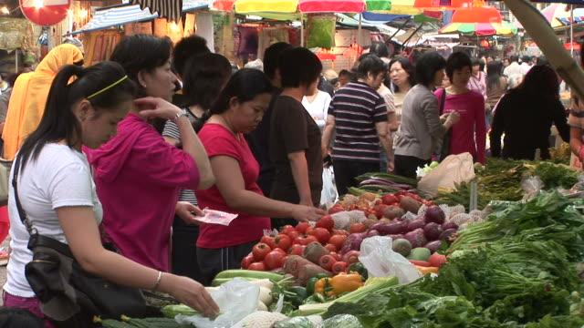 vídeos y material grabado en eventos de stock de view of a vegetable market in hong kong china - calabaza no comestible