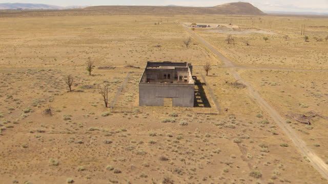 ws aerial zi td view of abandoned hanford high school building at hanford site / richland, washington, united states - hanford nuclear reservation video stock e b–roll