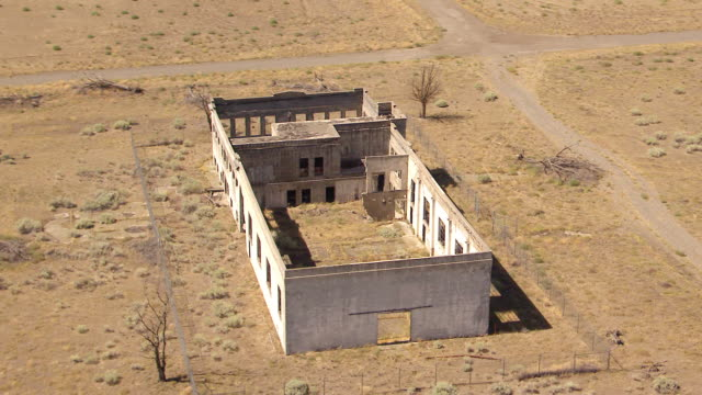 ws aerial view of abandoned hanford high school building at hanford site / richland, washington, united states - hanford nuclear reservation video stock e b–roll